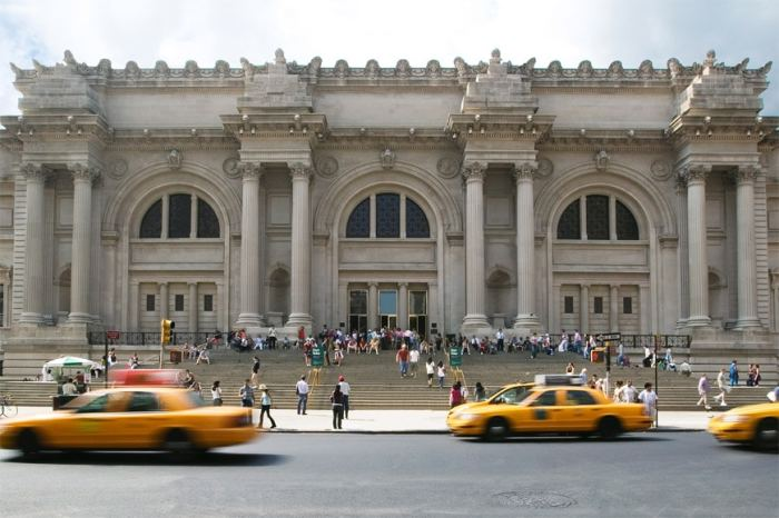 MET-Metropolitan-Museum-of-Art-New-York-facade-on-Fifth-avenue